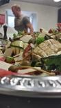 Carpaccio avec légumes grillés marinés, roquette et parmesan